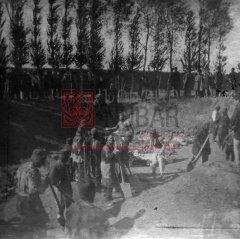 2/5 Après les massacres à Erzerum ; inhumation des victimes au cimetière arménien les 1er et 2 novembre 1895 (archives du ministère des Affaires étrangères)