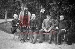 Réunion des ambassadeurs de France, Grande-Bretagne, Russie, Autriche-Hongrie et Allemagne auprès de la Sublime Porte: assis à gauche, l'ambassadeur de France Paul Cambon (Le Monde illustré du 1er mai 1897)