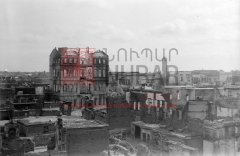 Adana, avril1909: le quartier arménien incendié pendant les massacres, avec au centre la grande bâtisse du collège arménien catholique (coll.Société de géographie, Paris)