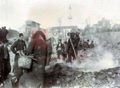 Déblayage des ruines du quartier arménien d'Adana après les massacres, mai 1909 (coll. Saint-Grégoire, Beyrouth)