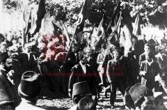 Manifestation des corporations à Constantinople, le 14novembre 1914, à l'occasion de l'appel à la guerre sainte (coll.Pères mekhitaristes de Venise).