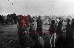 Camp de concentration de DerZor, situé sur la rive gauche de l'Euphrate, face à la ville. Un prêtre prie entouré de déportés (photographie d'Armin Wegner, coll.Pères mekhitaristes de Venise).