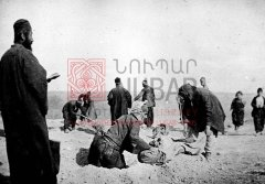 Inhumation des morts de la nuit dans le camp de concentration de DerZor. La prière des morts est dite par un prêtre qui semble le même que sur la photographie no11 (photographie d'Armin Wegner, coll.Pères mekhitaristes de Venise).