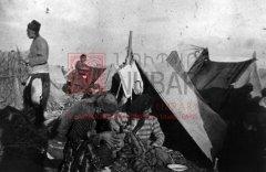 Camp de concentration de Katma, au nord d'Alep: «tentes» de déportés (photographie d'Armin Wegner, coll.Pères mekhitaristes de Venise).