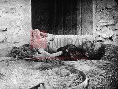 Camp de concentration de Dibsi, enfant agonisant, 10 octobre 1916 (photographie d'Armin Wegner, coll.Pères mekhitaristes de Venise).