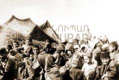 Orphelins dans le camp de Meskéné. Ces derniers seront rassemblés avec d'autres enfants et brûlés vif dans une des cavités naturelles du désert syrien, à l'automne 1916 (coll.Bibliothèque Nubar).
