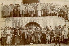 Arméniens de Zeytoun déportés et momentanément emprisonnés à Marache [Kahramanmaraş] (coll. Musée Institut du génocide, Erevan).