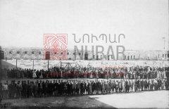Déportés arméniens regroupés dans la caserne ottomane d'Alep après le départ des troupes turques, en 1918 (coll.Bibliothèque Nubar).