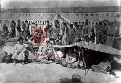 Cour de la caserne ottomane d'Alep, transformée en centre d'accueil pour les rescapés rapatriés de leurs lieux de déportation, fin 1918 (coll.Bibliothèque Nubar).