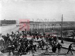 Déportés arméniens de Mossoul en marche pour Bagdad en 1919 (coll.Bibliothèque Nubar).